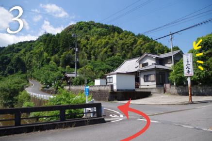 一心寺の看板が見えたら左折し坂道を上っていきます。