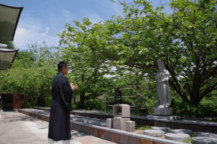 墓石設置後は、住職が墓所の前でお経をあげ納骨の法要をいたします。